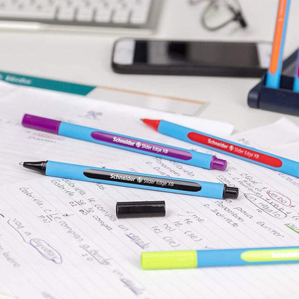 canetas sobre papel